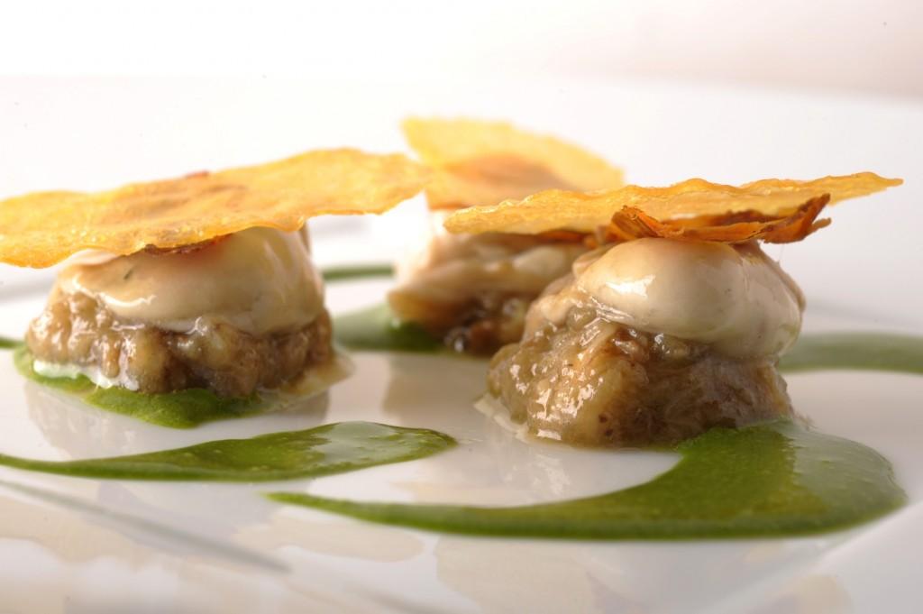 6. Huître grosse déposée sur un tartare de coquillages, crêpe croustillante, purée d'ortie